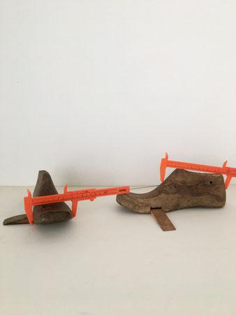 靴の木型のドアストッパー。古い靴の木型を再利用して作られたドアストッパーです。くさび形 回して引き出せる アレンジ ドア ヴィンテージ 木型 ユニークな形 古い材質 味わい 部屋 廊下 立体作品 ギャラリー ドアストップ つっかえ 差込み 半開き 閉まらないように 開けておく PUEBCO プエブコ 木 インド ユーズド おしゃれ かわいい 人気 おすすめ デザイン ブランド プレゼント 通販