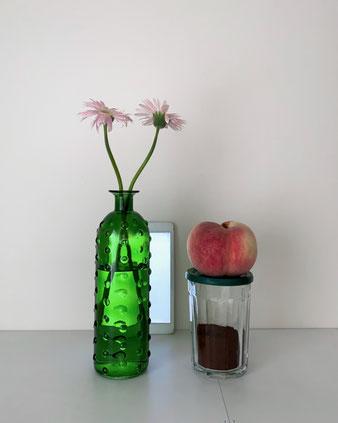 ボトル型のグリーンの花瓶。ワインボトルのようなプロポーションです。表面に丸い突起が並んでいます。サボテンをモチーフにしたアート作品のようです。大きな葉っぱや、個性的な花が似合いそうなユニークなデザインです。フラワーベース 花器 ビン 生ける 飾る ディスプレイ デコレーション オランダ 海外 外国 輸入 ガラス 緑 グリーン ドット 粒 気泡 泡 インテリア おすすめ ブランド プレゼント 通販