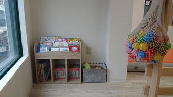 絵本棚、おもちゃスペース。