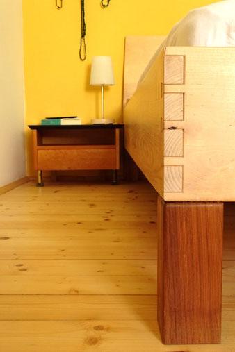 Schlafzimmer Holzbett
