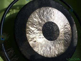 Der Gong in der Klangmassage als Reisbegleiter. Es gibt verschiedene Gong-Arten und verschiedene Größen: TamTam Gongs, Fen- oder Sonnengongs, Buckelgongs. Entspannung - Freude - Kreativität