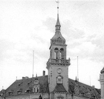 1896 wurde das Kaiserliche Oberpostamt am Pferdemarkt errichtet. Die Telegrafen– und Telefonleitungen werden über die Dächer in den Postturm geführt.