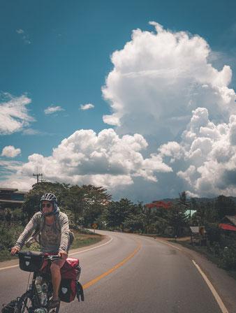 Endlich wieder blauer Himmel! So viele Monate haben wir ihn vermisst... Ein tiefblaues Himmelszelt wovor sich die Wolkenberge türmen.