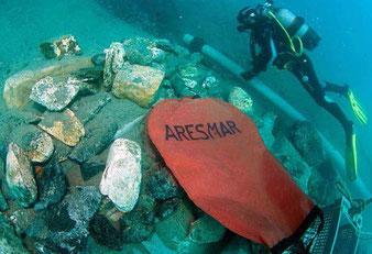 Parachutes de relevage permettant diverses manutentions sous l'eau, ainsi que la remontée du mobilier archéologique découvert. Berceaux et caisses nécessaire au relevage du matériel archéologique.