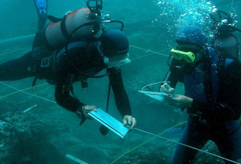 Matériel de mesure et de relevé nécessaire en fouille archéologique sous-marine comme terrestre (décamètres, mires, niveaux, carroyage, planchettes...). Matériel photo et vidéo. GPS différentiel et ordinateur de commande.
