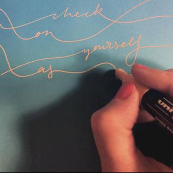 Kalligrafie des Spruchs (Magst Du das dazugehörige Video sehen? Dann klicke auf das Bild)