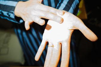 Meine Hände mit Farbe (Foto: Harald Völkl)