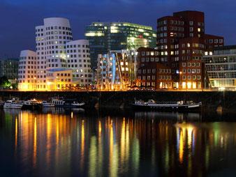 Nachtansicht: von Martin Falbisoner - Eigenes Werk, CC BY-SA 3.0, https://commons.wikimedia.org/w/index.php?curid=23725320