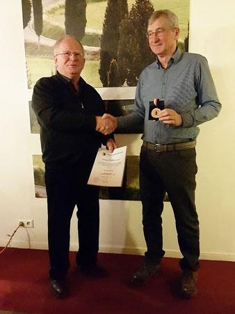Heinz Eckle (rechts) erhält die Ehrenmedaille der Gemeinde Nellingen in Gold von Werner Staudenmaier (Stv. Bürgermeister)