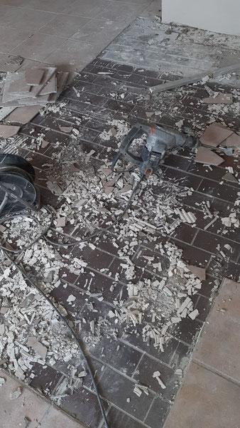 Überraschung:  Anstatt nur einzelne Fliesen auszutauschen, muss der gesamte Boden erneuert werden. Hierbei wird ebenfalls eine Fußbodenheizung verlegt werden.