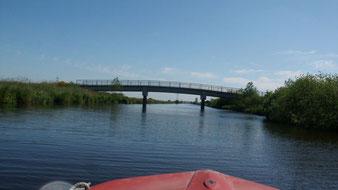 Fahrt mit dem Boot durch Brücken hindurch