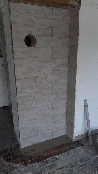 Die Wand ist schon für den neuen Kaminanschluss vorbereitet.