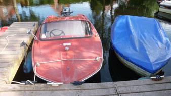 davor liegen unsere Boote, gut geschützt vor Regen
