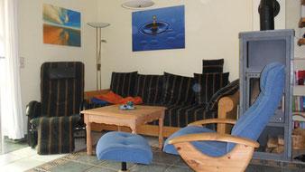 und Sitzecke mit Massage-, Relaxsessel und Kamin