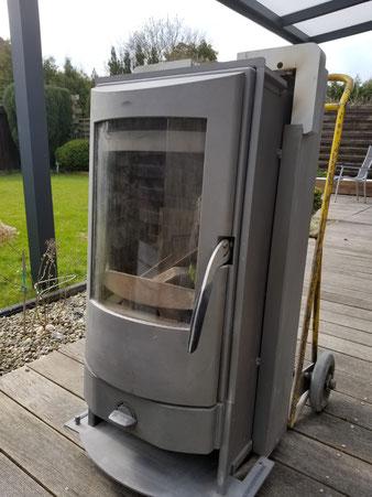 Der neue Specksteinofen steht zum Anschluss bereit und garantiert gemütliche Wärme im Haus.