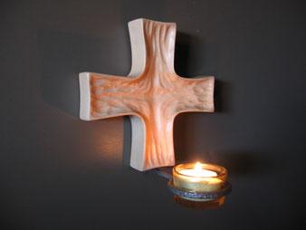 Croix sculptée en tilleul pour la chapelle de Courset.CCL ébéniste