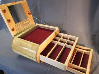 Coffre bois personnalisé, detail ouvert.CCL ebeniste