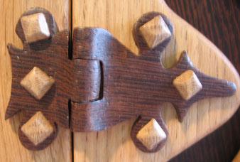 coffret bois personnalisé, détail coffret/livre, charnière en wengé.CCL ébéniste.