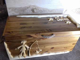Coffre à jouets personnalisé en bois de pin.CCL ébéniste