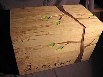 Coffre à jouet personnalisé en bois d'érable et noyer.CCL ébéniste