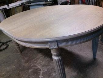 Table en chêne, restaurée et finition cérusée.CCL ébéniste