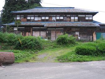 大きな家をそのまま維持するのも、直すのもコストがかかる。 そんな理由から「もはや不要」と解体されてしまう建物もあります(新潟県)
