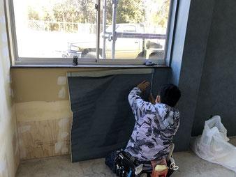 さいたま市岩槻区で壁紙貼り作業中の写真