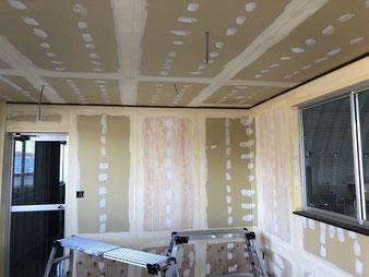 さいたま市岩槻区壁紙工事、パテ作業の写真