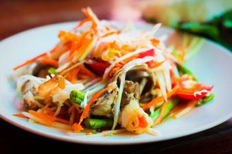 grüner Papaya-Salat mit Karotte und Bohnen