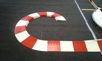 Rot/ Weiße Curbs auf Teppichboden für eine Modellrennstrecke