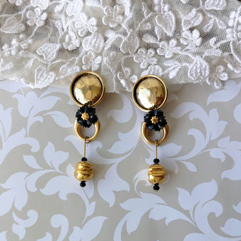Clips d'oreille dorés avec pendant fleur noire