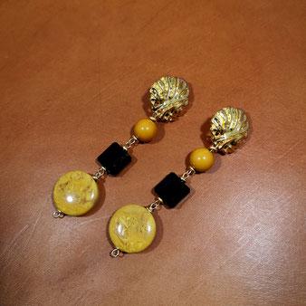 Boucles d'oreille perle moutarde et cristal noir