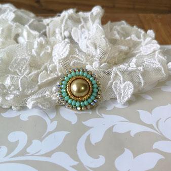 Broche cabochon brodé de perles