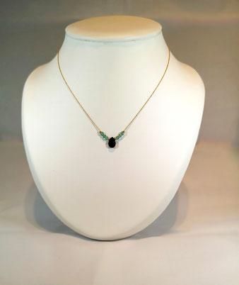 Délicat collier avec perles chrysolite et agate noire