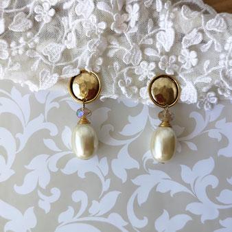Clips d'oreille dorés avec pendant goutte perle