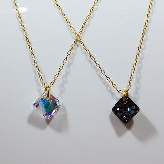 Délicat collier avec pendentif en cristal Swarovski anthracite