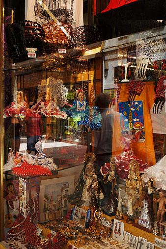 Photographie, Espagne, Andalousie, Séville, El Centro, reflet, vitrine, magasin éventails, souvenirs, personnage,Mathieu Guillochon.