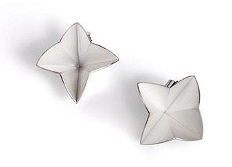 Die federleichten Ohrstecker BLOOM aus weißlich schimmerndem Silber erinnern an Sterne, Blüten und Papierfaltungen