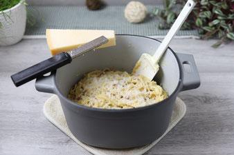 Parmesan mit der feinen Microplane Zester reiben