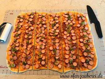 Hotdog Faltenbrot in der Stoneware rund, Ofenhexe oder Ofenmeister bzw. Zaubermeister auf der Teigunterlage mit dem Teigroller und Nylonmesser aus dem Pampered Chef Onlineshop kaufen