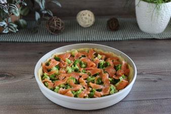Brokkoli und Lachs in die gefettete runde Ofenhexe von Pampered Chef verteilen