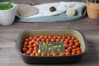 Mit Knoblauch, Gewürzen und Olivenöl bestreuen