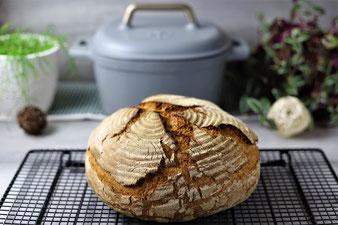 Brot auf dem Kuchengitter abkühlen lassen
