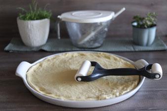 Streuselkuchen auf der White Lady aus dem Pampered Chef Onlineshop mit Teigroller , Nixe und Kuchengitter