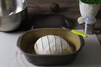 Brotteig in den Ofenmeister legen