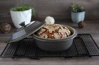 Brot im kleinen runden Zaubermeister oder Ofenmeister auf dem Kuchengitter