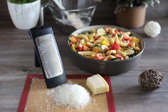 Parmesan reiben mit der feinen Mircoplane Reibe