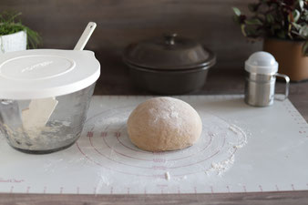 Brot falten auf der Teigunterlage mit Mehl aus dem Streufix von Pampered Chef