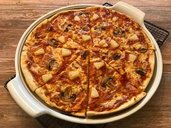 Knusprige Pizza auf der White Lady großer runder Stein im Pampered Chef Onlineshop bestellen