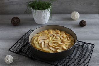 Bretonischer Apfelkuchen mit Calvados in der Stoneware rund mit Mix´n Scraper Schaber, Kuchengitter und kleiner Streicher im Pampered Chef Onlineshop bestellen